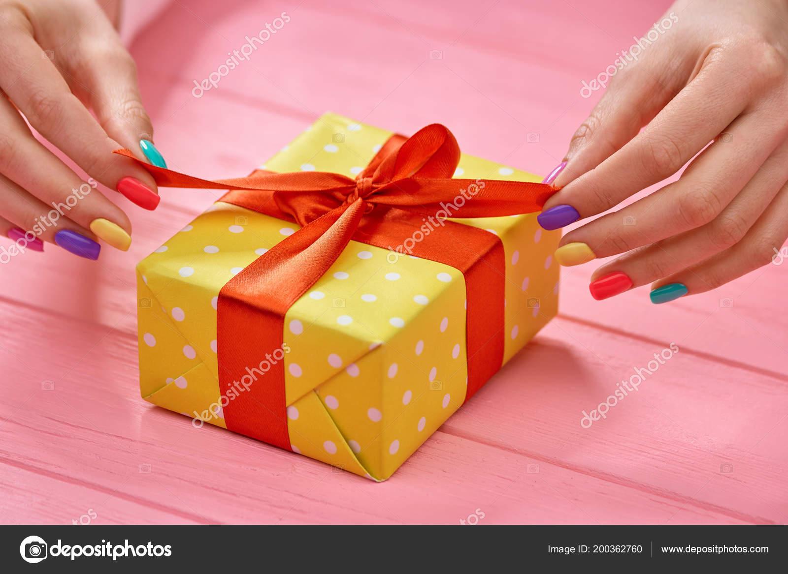 dcbc40302b11 Mani di donna disimballaggio scatola regalo — Foto Stock © Denisfilm ...