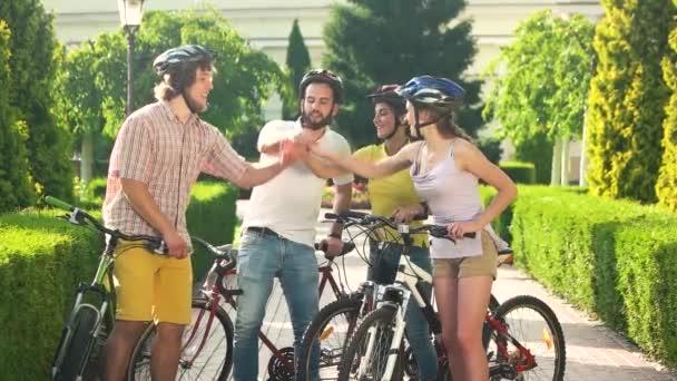 Négy boldog meg egymásra kezébe a szabadban.