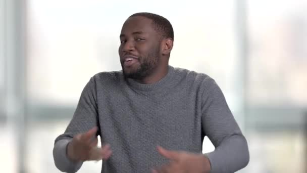 Černé afro americký muž baví