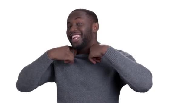 Veselý afroamerické muže na bílém pozadí