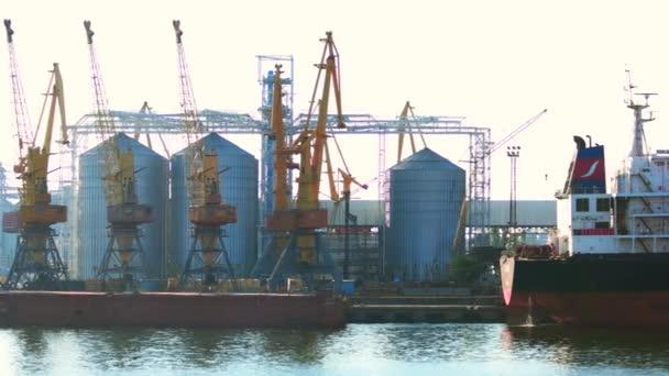 Přístav lodí, stavby pro nákladní dopravu.