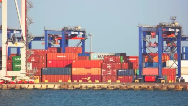 Kontejner v přístavu.