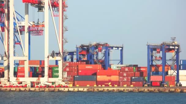 Nákladní dopravy, logistiky import export koncept.