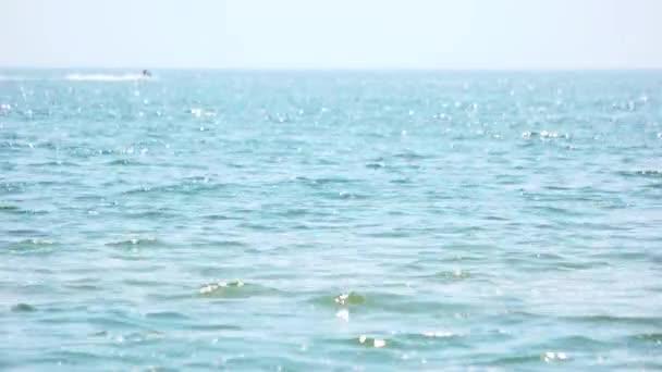 Klidné moře vodní hladiny.