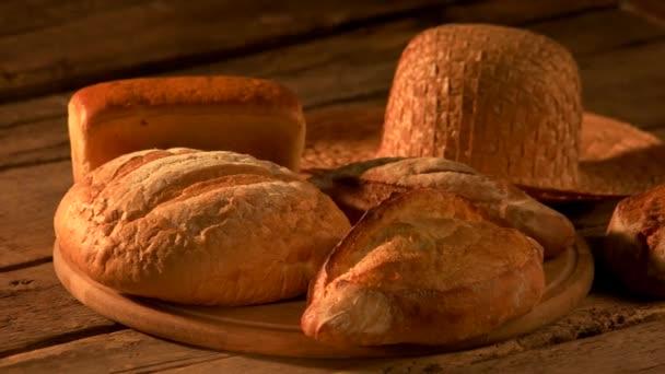 Sada čerstvě upečeného chleba na rustikální pozadí.