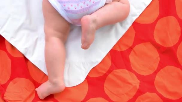 Novorozené dítě nohy na dece