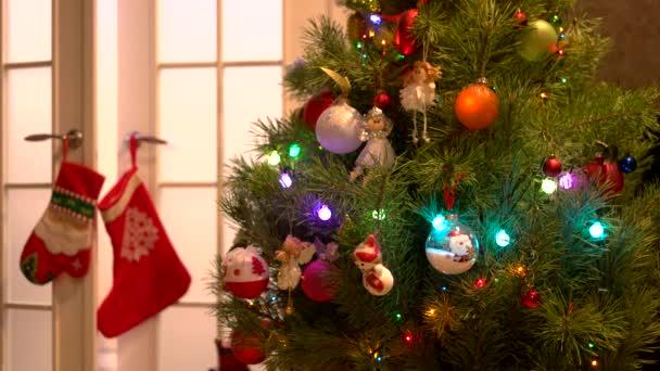 Nový rok strom s krásné hračky a světla