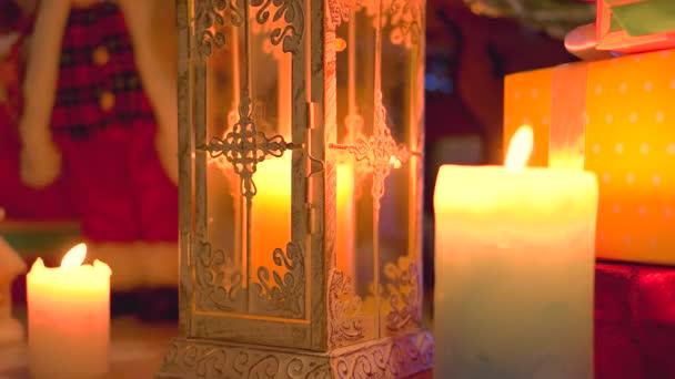 Weihnachtsszene mit brennenden Kerzen