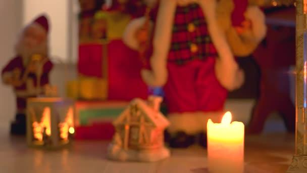 Zapálené svíčky, dárky a vánoční ozdoby