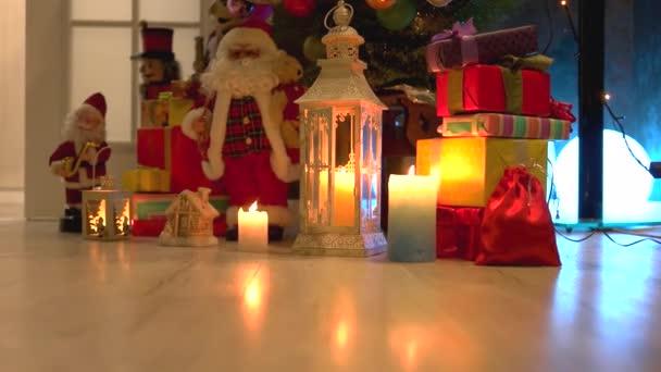 Weihnachten Weihnachtsgeschenke und Ornamente unter Baum
