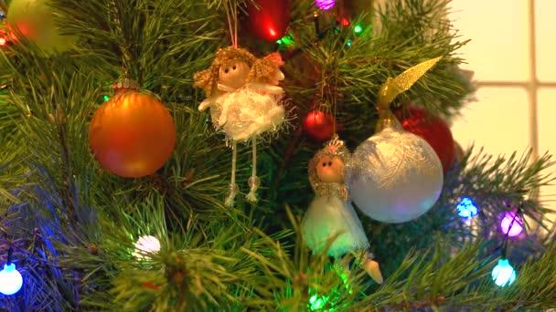 Engel und Kugeln an Neujahr Baum hängen