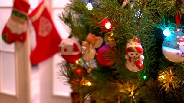 Vánoční stromeček s ozdobami na krásnou zblízka