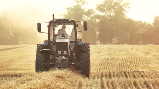 Traktor na poli, zblízka.