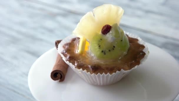 frisches fruchtiges Törtchen auf Teller.
