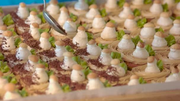 Kuchař, zdobení dortů s čokoládou