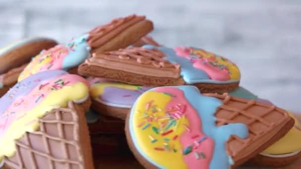 Ice cream cone cookies s barevné polevy.