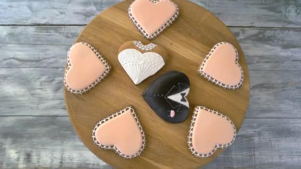 Svatební soubory cookie na dřevěné desce, pohled shora.