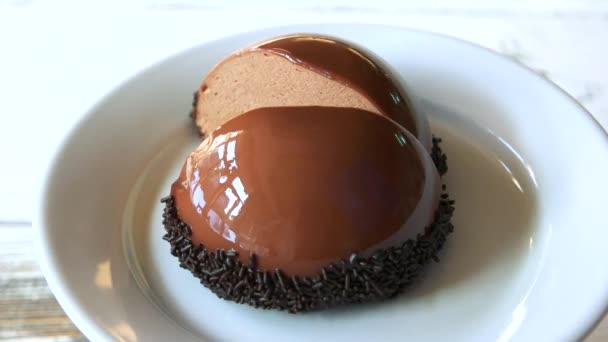 Francouzské mousse dort zdobený čokoládou.