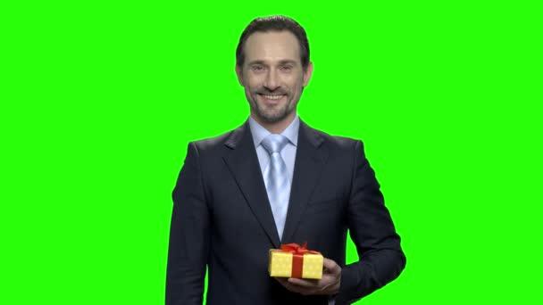 Portrét usměvavý veselý muž dává vám dárek.