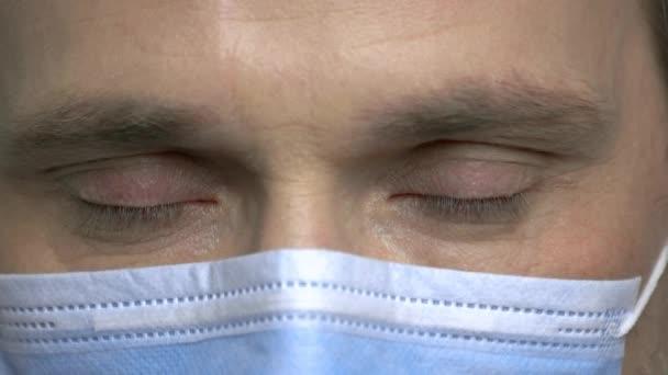 reife männliche Chirurgenaugen blinzeln.