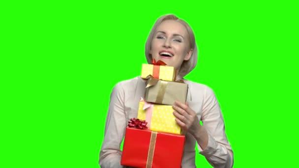 Zralá žena obdržela mnoho krabic dárek k narozeninám.
