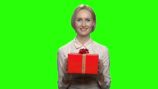 Portrét středního věku ženy dávat krabičky.