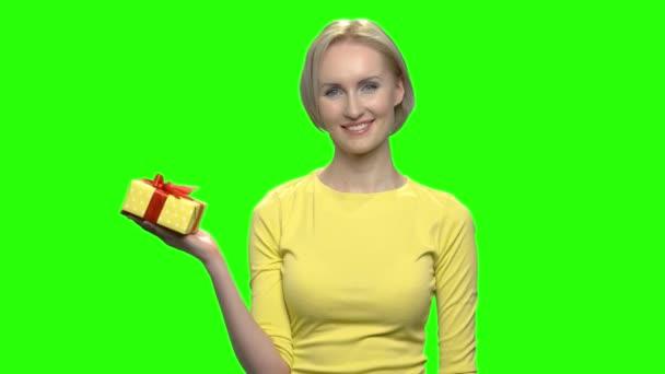 Portrét šťastná dívka s krabičky na ruku.