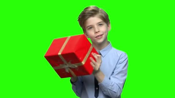 Kisfiú remegés piros ajándék doboz.