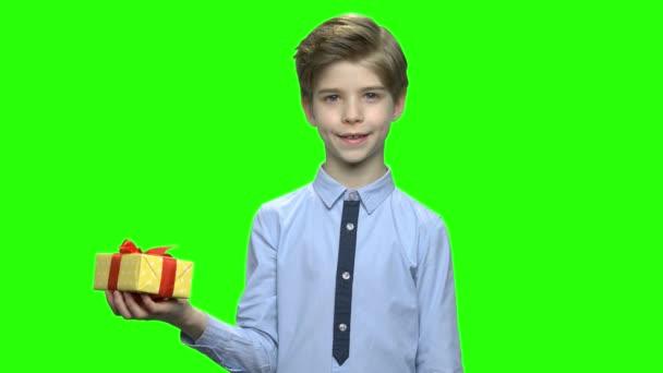 Aranyos gyermek fiú mutatva díszdobozban.