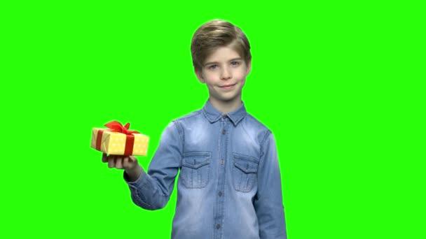 A fiú farmer dzseki-sárga díszdobozban gazdaság és mutató ujját.