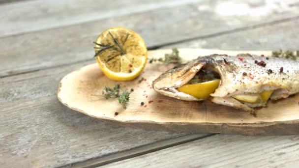Roston sült hal, a fa tábla.
