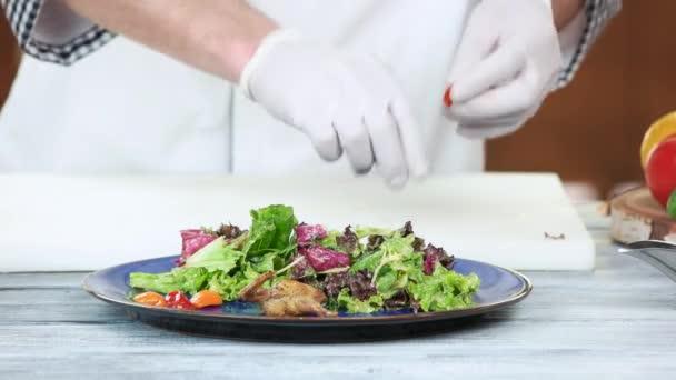 Příprava salát, hlávkový salát a pepř
