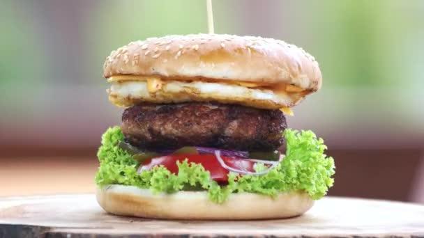 Hovězí burger s vejcem