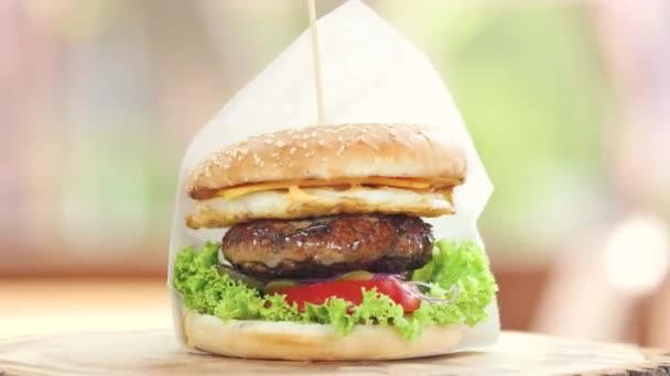 Hovězí burger boční pohled