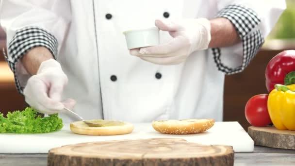 Kuchař, takže burger, omáčka