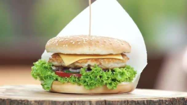 Kuřecí burger na dřevěné desce