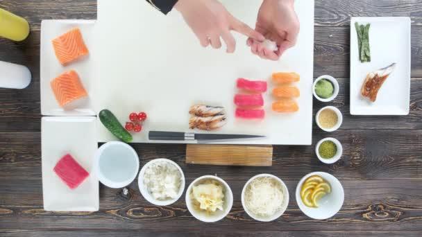 Sushi ingredience na dřevěný stůl