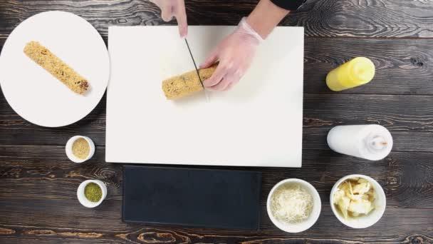 Ruce, řezání sushi rolka