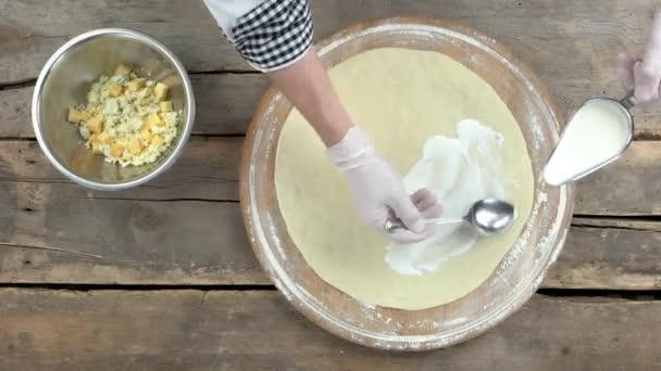 Šéfkuchař připravující pizzu pohled shora