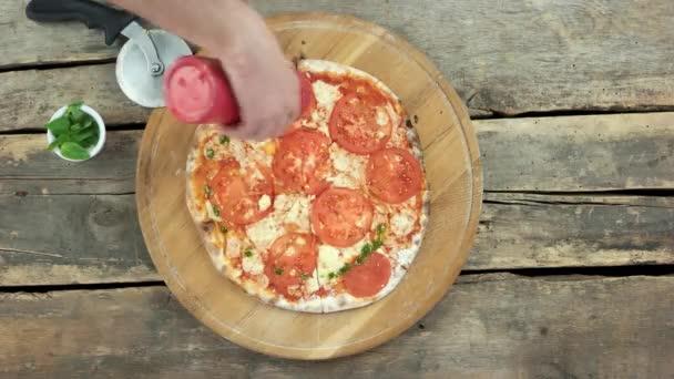 Pizza příprava, pesto omáčka.