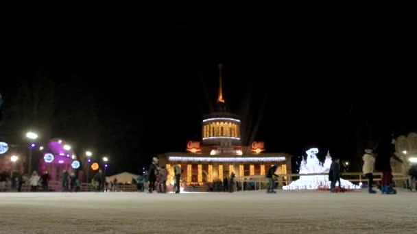 Sněží noční oblohu nad kluziště