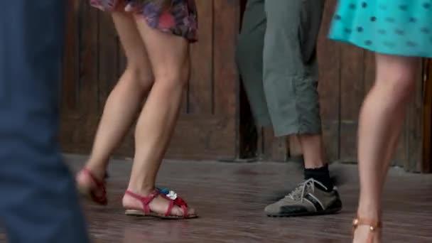 Fedett, nyáron a táncoló emberek lába.