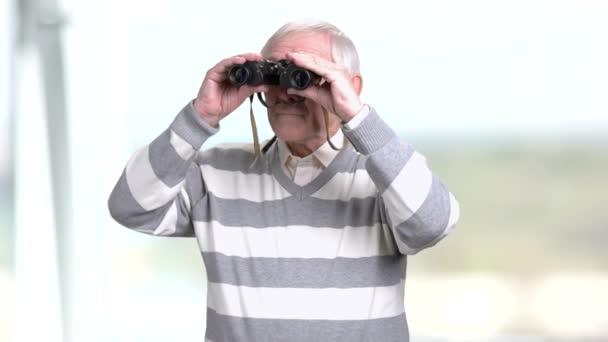 Idősebb ember, egy pár távcsövet Keresek.
