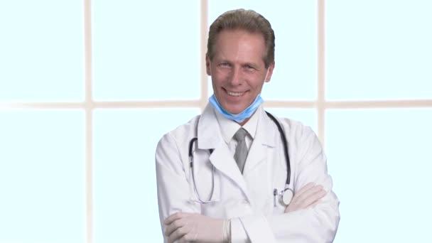 Veselá veselý doktor s rukama zkříženýma portrét.