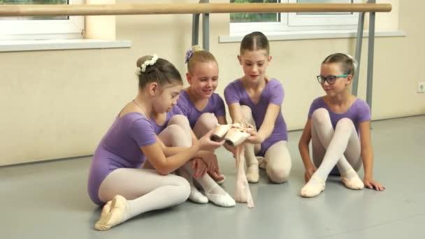 Gyönyörű fiatal ballerinas tánc stúdió