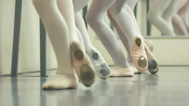 Beine von Ballettmädchen in Spitzen.