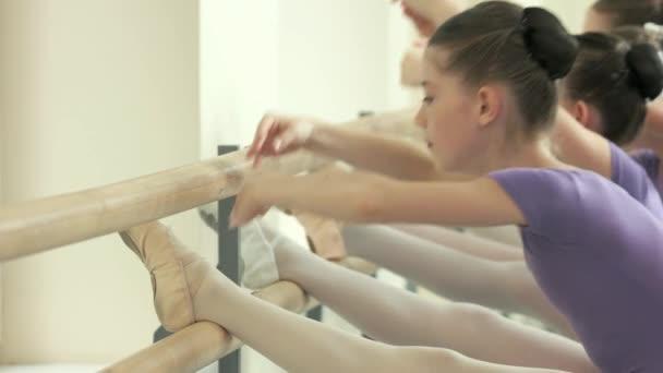 Gyerekek csinálnak balett stúdió