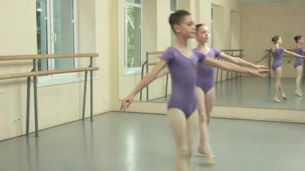 Ballettmädchen üben Tanzelement im Studio.