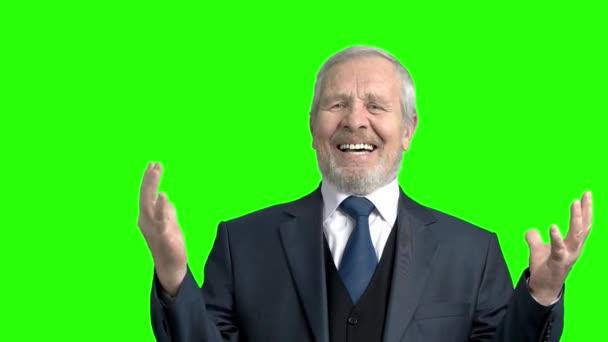 Idős kétségbeesett üzletember, zöld háttér.