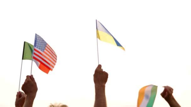 Menschen erhoben Flaggen verschiedener Länder.